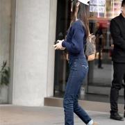 牛仔裤的装扮彰显时尚品位,展现浪漫情调